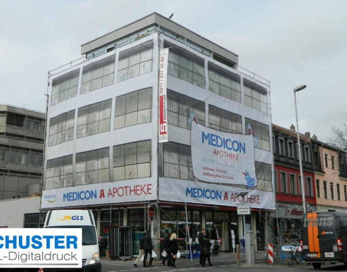 Ein vollflächiges XXL-Fassadenbanner während der Umbauphase der MEDICON-Apotheke in Erlangen - höchste Werbewirksamkeit garantiert!